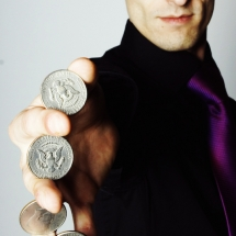 Julien, magicien, close-up
